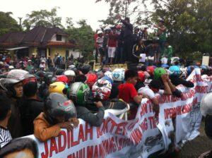 Demo nelayan di depan kantor Walikota Tarakan (hfa)
