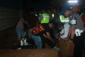 Beberapa petugas polisi memeriksa pengunjung THM di giat operasi pekat (hfa)