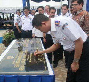 Menhub Ignasius Jonan saat tanda tangani prasasti pembangunan terminal bandara Juwata Tarakan yang baru (hfa)