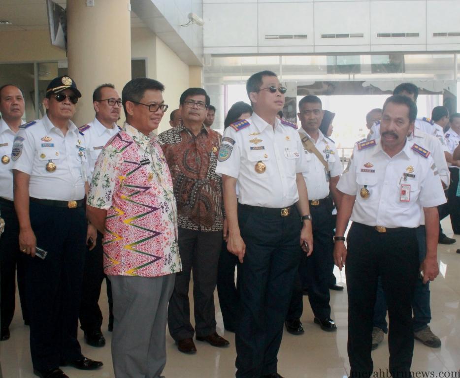 Menteri Jonan, Pj Gubernur Irianto dan jajaran pantau terminal baru (hfa)