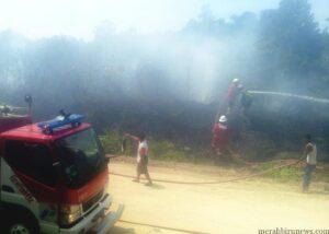 Petugas kebakaran berusaha memadamkan api (ctr)