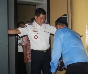 Menteri perhubungan saat diperiksa petugas aviator security Bandara Juwata. Kali ini Jonan memantau kondisi terminal lama dan baru di Bandara Juwata Tarakan (hfa)
