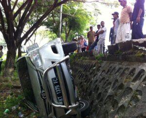 Mobil Toyota Innona yang terbalik (hfa)