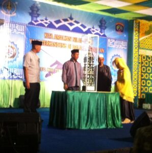 Wawali Khaerudin Arief Hidayat serahkan piala bergilir MTQ kepada panitia dan LPTQ dari juara tahun lalu Kecamatan Tarakan Tengah (hfa)