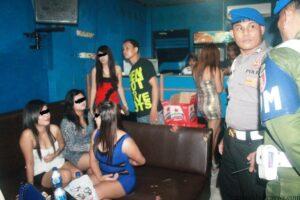 Sejumlah wanita penghibur malam diperiksa petugas kepolisian (hfa)