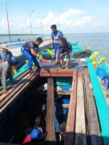 Kayu Ilegal Dari Sulawesi Utara Yang Akan Diseludpkan Ketawau Malaysia, Satu Persatu Diangkan Dan Diamankan Sebagai Barang Bukti
