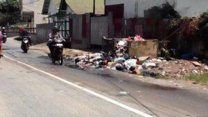 Masih banyak ditemukan sampah yang meluber di beberapa TPS, salah satunya TPS yang berada di Jalan Selamet Riady. (run)