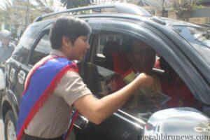 Salah satu polisi wanita memberikan himbauan kepada pengendara melalui Operasi simpatik (ctr)