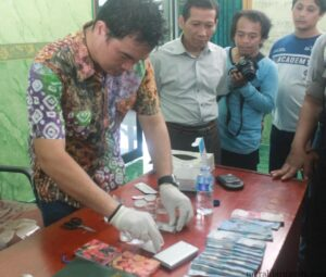 Kasat Satreskoba Polres Tarakan AKP Roberto saat melakukan test uji Narkotika (hfa)