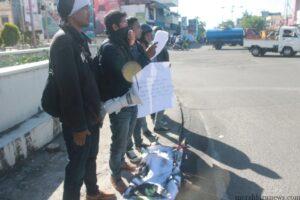 Aksi dari KPM - Kaltara saat menyampaikan orasi dimuka umum tentang permasalahan hari jadi dan mengkritisi kebijakan eks Pj Gubernur Kaltara Irianto Lambrie (hfa)