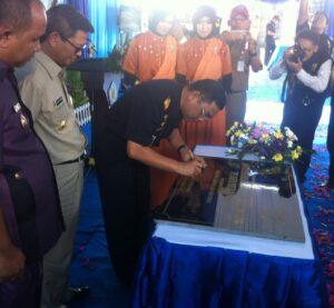 Dirjen Bea dan Cukai Agung Kuswandono saat menandatangani peresmian kantor (hfa)