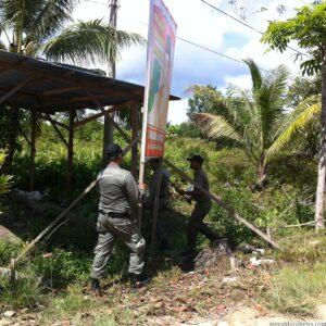 Petugas Satpol PP Tarakan saat tertibkan baliho di depan rumah warga, Selasa (28/4/2015)  (hfa)