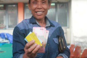 Senyum bahagia Warsih setelah mendapat uang PSKS (hfa)