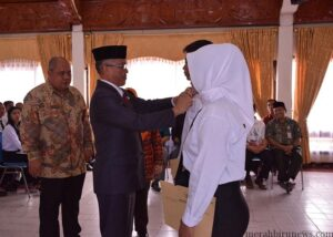 Walikota Sofian Raga didampingi Asisten 4 Administrasi saat menyematkan Pin kepada salah satu CPNS yang menerima SK (bkd for mbn)