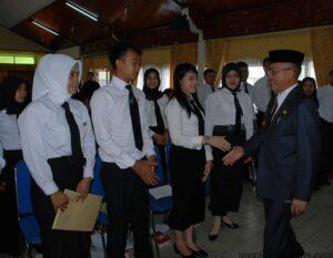 Walikota Tarakan Sofian Raga saat memberikan ucapan selamat kepada CPNS yang terima SK (hfa)
