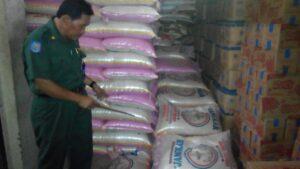 Kadisperindakop Tarakan Tajuddin Tuwo Menemukan Salah Satu Gudang Beras di Jalan Diponogoro Yang Tidak Layak serta Kurang Memenuhi Standar Sebuah Gudang (nur)