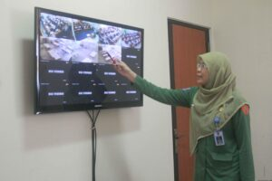 Kepala Sekolah SMP 1 Tarakan Endah Sarastiningsih saat pantau UN melalui CCTV (hfa)