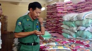 Kabid Perdagangan Untung Prayitno Tengah Menggigit Beras, Untuk Menguji Keaslian Beras Yang di Jual Oleh Distributor