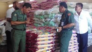 Kadisperindakop Tajuddin Tuwo (Kanan) Bersama Dengan Kabid Perdagangan Untung Prayitno (kiri) Tengah Memeriksa Beras Disalah Salah Satu Distributor