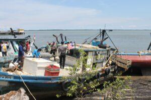 Ditpolair Polda Kaltim Kembali Menangkap Kegiatan Ilegal Fishing di Perairan Karang Unarang, Selasa (4/5/2015) (ctr)