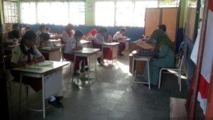 Suasana UN SD di salah satu sekolah (ctr)