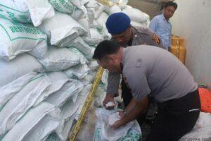 Kapolres saat perlihatkan barang bukti tangkapan gula (hfa)