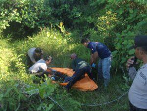Polisi dan petugas medis saat akan evakuasi jenazah (hfa)