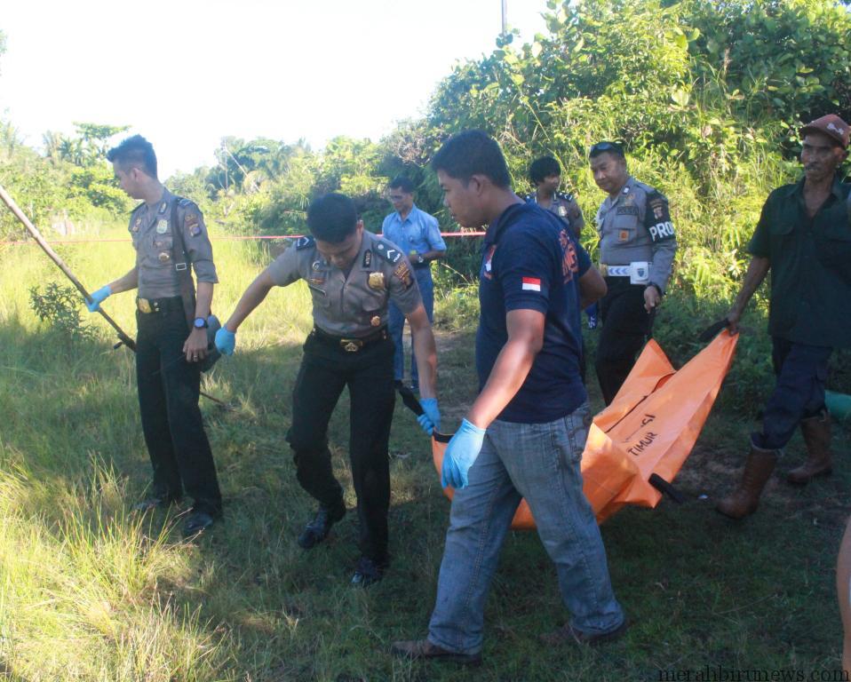 polisi saat mengotong jenazah yang berada dalam kantung (hfa)