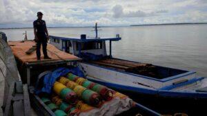 2 kapal barang yang membawa kayu selundupan dari KTT ke Malaysia (ctr)