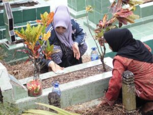 Ziarah Kubur Jelang Ramadan Menjadi Momen Mencari Rejeki Tambahan Bagi Penjual Bunga Dadakan (ctr)