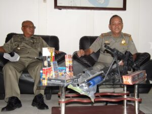 Barang Bukti Petasan dan Senjata Api Replika Yang di Amankan Satpol PP Tarakan (nur)