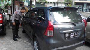 Pihak Kepolisian Tengah Memeriksa Kaca Pintu Mobil Ambo (nur)