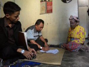 Ketua Pelaksana Baznas Syamsi Sarman Saat Melakukan Pengecekan Data Mustahiq (nur)