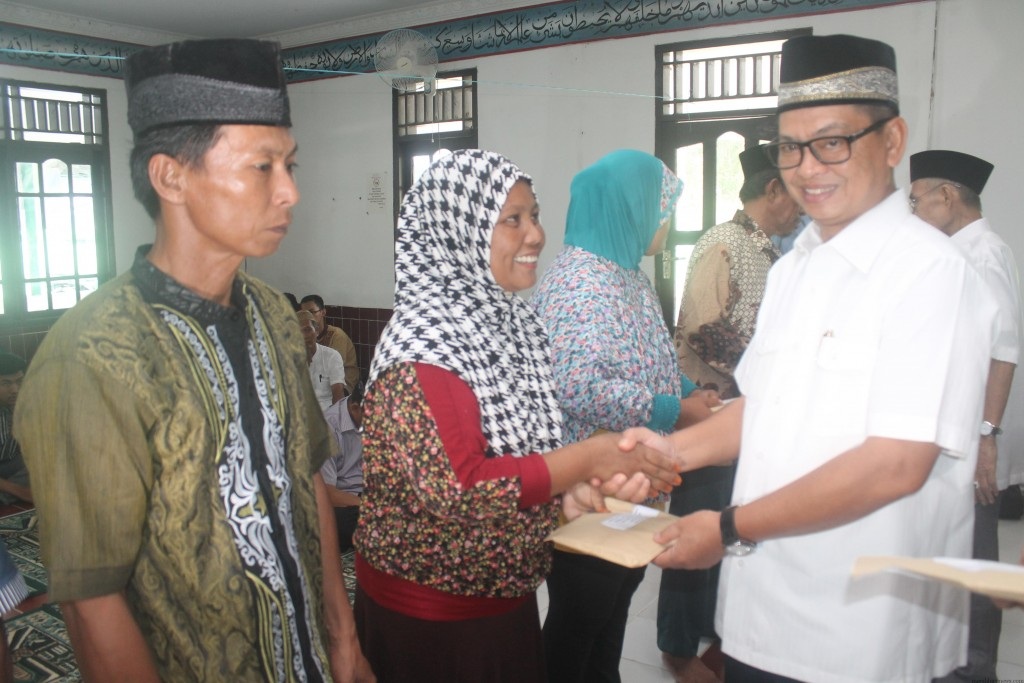 Ketua Pusat Koperasi Pegawai Republik Indonesia Kaltim DR. H Irianto Lambrie saat memberikan bantuan pinjaman kepada salah satu kelompok Tani rumput laut (hfa)