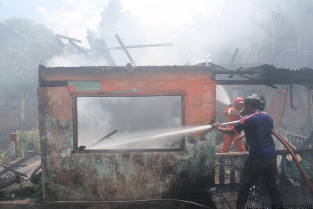 petugas pemadam kebakaran saat berusaha padamkan api (hfa)