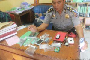 Polisi tunjukan barang buktidari tersangka (hfa)