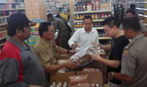 Razia makanan dan minuman serta parcel kadaluarsa yang dilakukan Disperindakop berserta Tim Gabungan (nur)