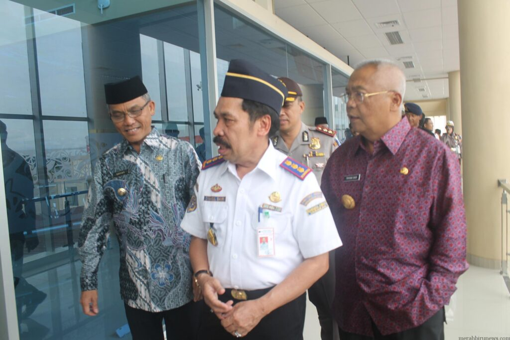 Syamsul Banri mendampingi Pj Gubernur Triyono dan Wakilkota Tarakan Sofian Raga saat pantau terminal Baru Bandara Juwata (hfa)