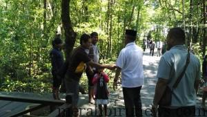Walikota Tarakan Sofian Raga (baju putih) Nampak Bersalaman Sama Pengunjung di Dalam Kawasan Konservasi Mangrove dan Bekantan (foto : Disbudparpora)