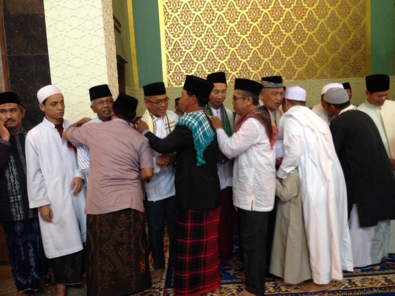 Walikota Tarakan Sofian Raga (tengah) saat melakukan hala bi halal dengan masyarakat usai sholat ied di Masjid Raya Baitul Izzah (hfa)