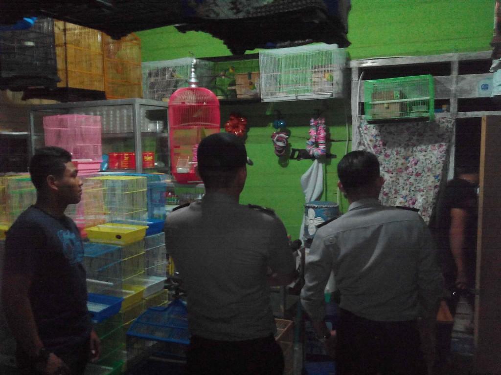 Petugas kepolisian saat memeriksa TKP (hfa)