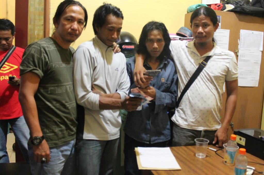 2 Tersangka (tengah) saat diamankan petugas buser (hfa)