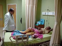 Dirut RSUD Tarakan, dr. Wiranegara Tan, Saat Melihat Kondisi Kesehatan Pasien (nur)