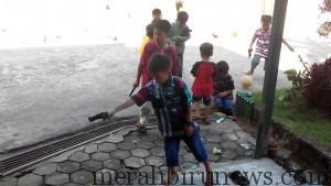 Nampak Terlihat Kecerian   Anak-anak Bermain Senjata Repilika Asal Buatan Cina, Namun Tanpa Disadari Bahaya Juga Mengancam Jika Peluru Yang Ditembakan Terkena Bagian Tubuh (nur)