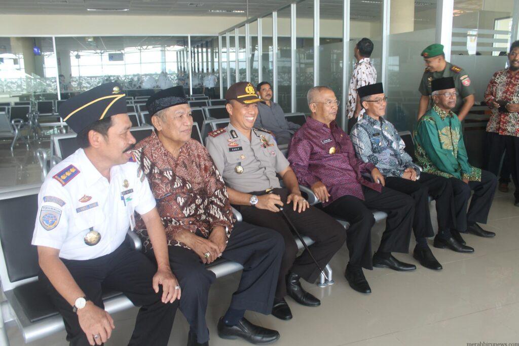 Pj Gubernur Triyono, Ka Bandara, Walikota, FKPD dan tokoh masyarakat saat mencoba kursi calon penumpang di ruang tunggu keberangkatan Bandara Baru Juwata Tarakan (hfa)
