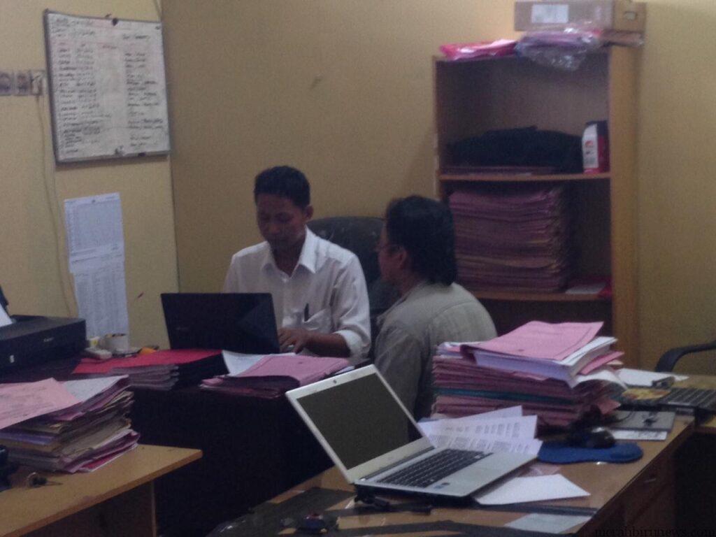 Dihadapan petugas Reskrim Polres Tarakan korban Samad (berbaju abu-abu) memberikan keterangan (hfa)