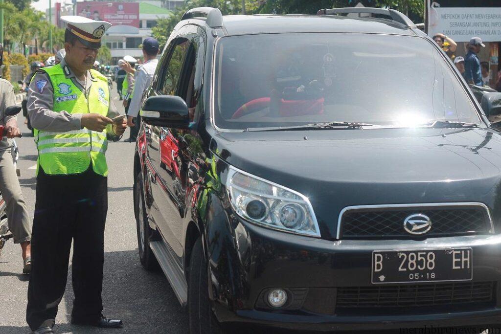 Salah satu anggota Satlantas Polres Tarakan saat memeriksa pengendara roda 4 (hfa)