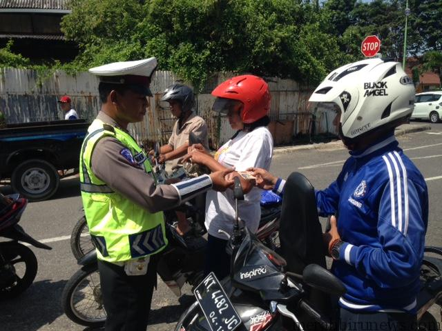 Petugas kepolisian saat lakukan pemeriksaan kepada pengguna kendaraan roda 2 (hfa)