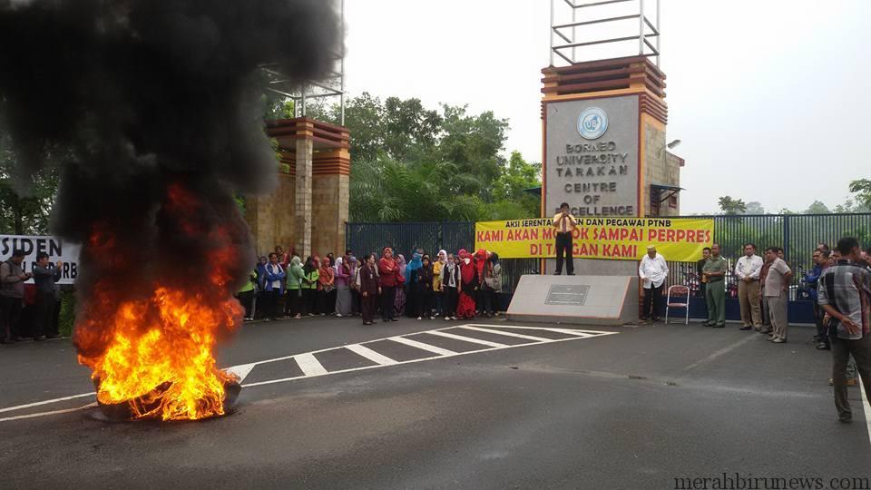 Aksi unjuk rasa dosen non-PNS UBT (dari facebook Icha Saridewi Hanafiah)