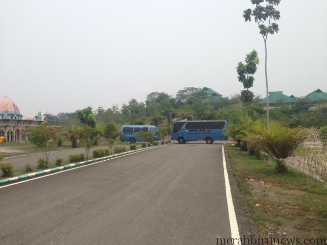 2 Bis milik UBT yang dipakai untuk menutup jalan ke kampus (hfa)